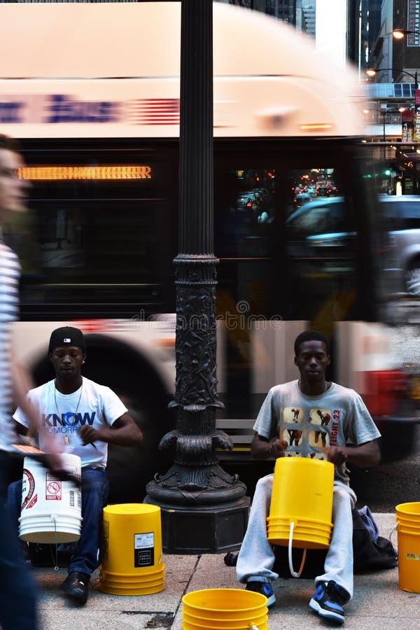 Cilindros do jogo dos executores da rua na avenida de Michigan fotos de stock royalty free