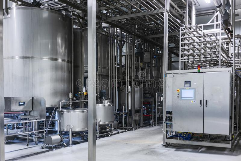 Cilindros en fábrica de la bebida Fotografía industrial imagen de archivo