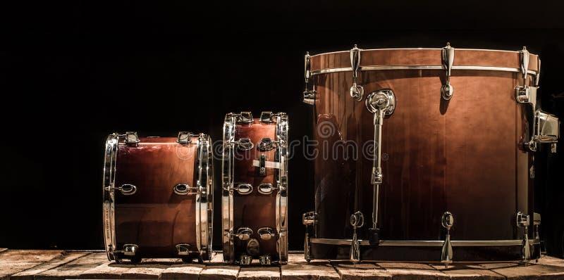 cilindros, instrumentos de percussão musicais em um fundo preto foto de stock