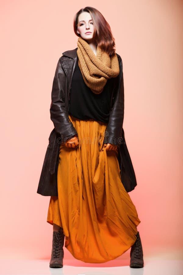 Cils de cheveu de brun de charme de femme d'automne photographie stock