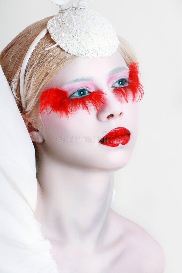 Cils rouges faux de maquillage créatif image stock