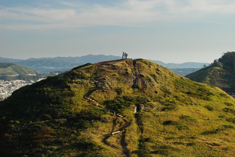 In cima al mondo - scalatori sui picchi gemellare fotografia stock libera da diritti