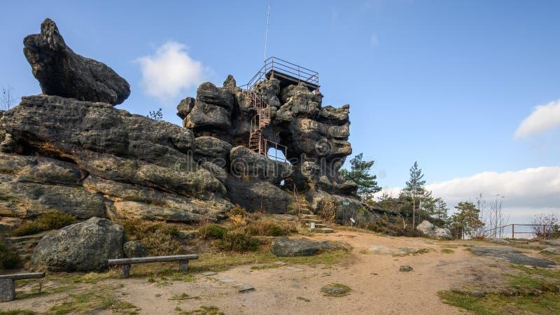 In cima alla collina Topfer vicino alla città di Oybin in Sassonia immagine stock libera da diritti