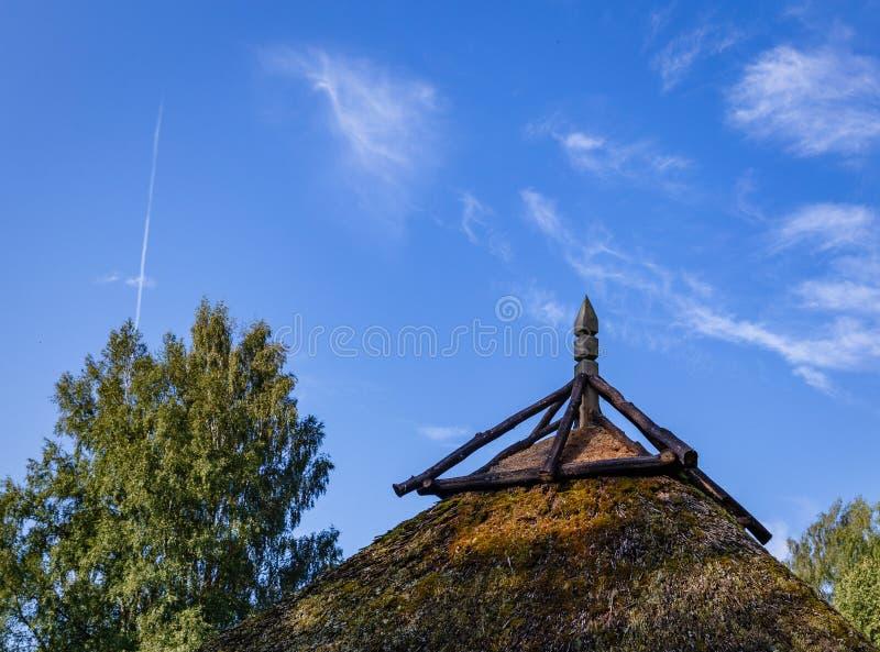 Cima decorativa interessante del tetto dei dettagli di legno fotografia stock libera da diritti