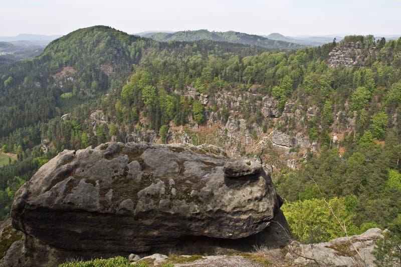 Cima del masso della roccia della montagna fotografie stock