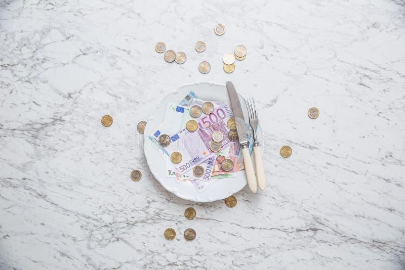 Cima del piatto pieno di vista di euro monete e banconote dei soldi fotografia stock libera da diritti