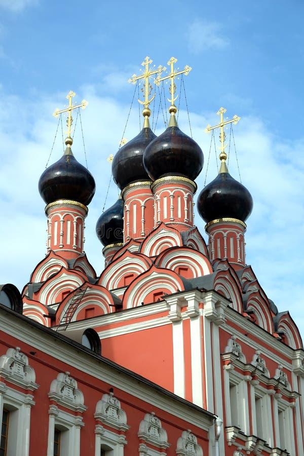 Cima del primo piano russo della chiesa fotografia stock