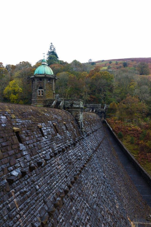 Cima della diga di Penygarreg con la torre, colori di autunno di caduta fotografia stock libera da diritti