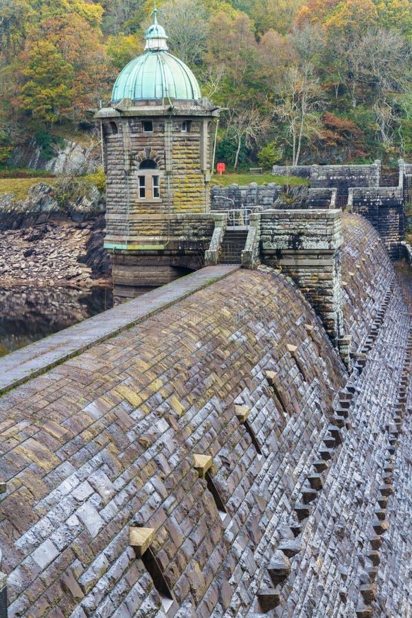 Cima della diga di Penygarreg con la torre, colori di autunno di caduta fotografie stock