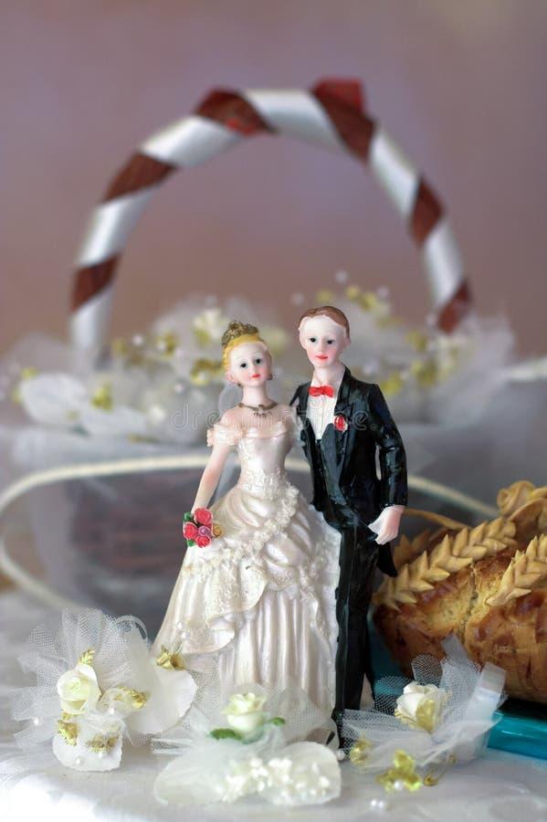 cima della torta nunziale con la sposa e lo sposo fotografie stock
