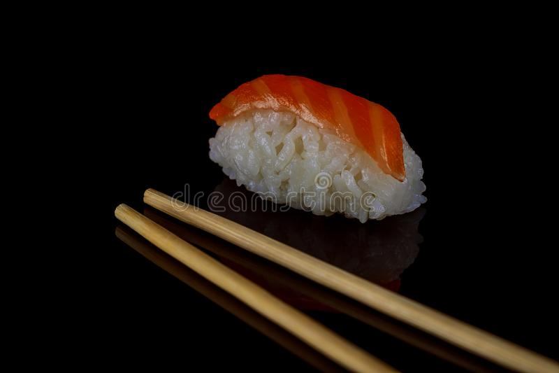 Cima di color salmone del pesce del salmone o dei sushi su riso giapponese Alimento giapponese di tradizione immagini stock