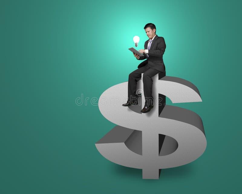 Cima di seduta dell'uomo d'affari del simbolo dei soldi con la compressa, accendente i Bu illustrazione di stock