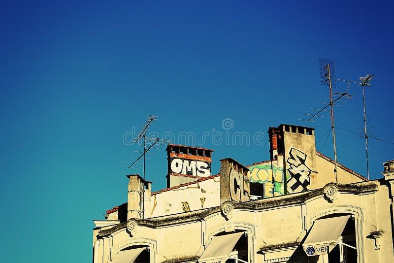 Cima di una costruzione con i graffiti fotografia stock