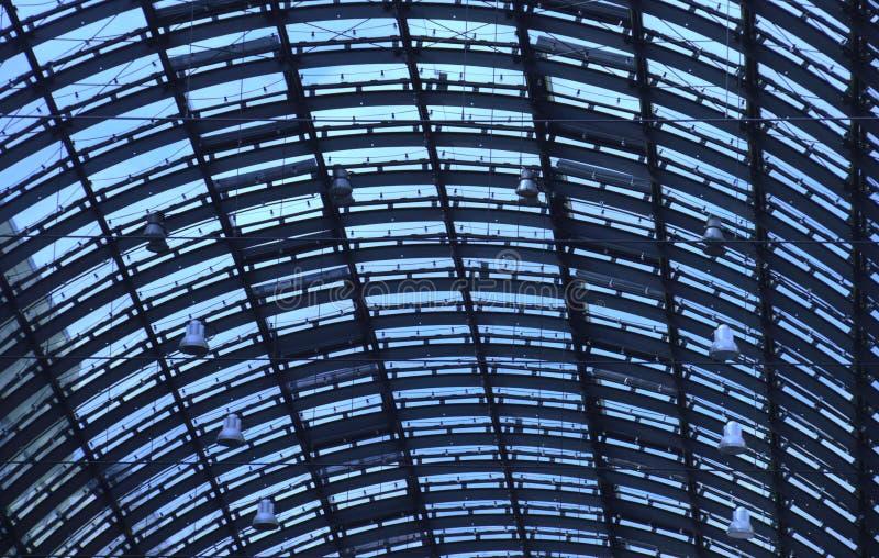 Cima di vetro del tetto di grande stazione ferroviaria in tonalità blu fotografia stock libera da diritti