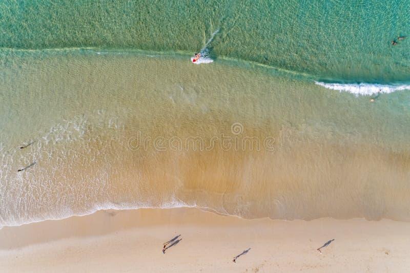 Cima di vista aerea gi? il volo sopra l'oceano e le onde del turchese che lavano la spiaggia sabbiosa vuota nel bello giorno di e fotografia stock libera da diritti
