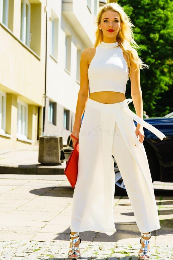 Cima e gonne-pantalone d'uso del raccolto della donna fotografia stock