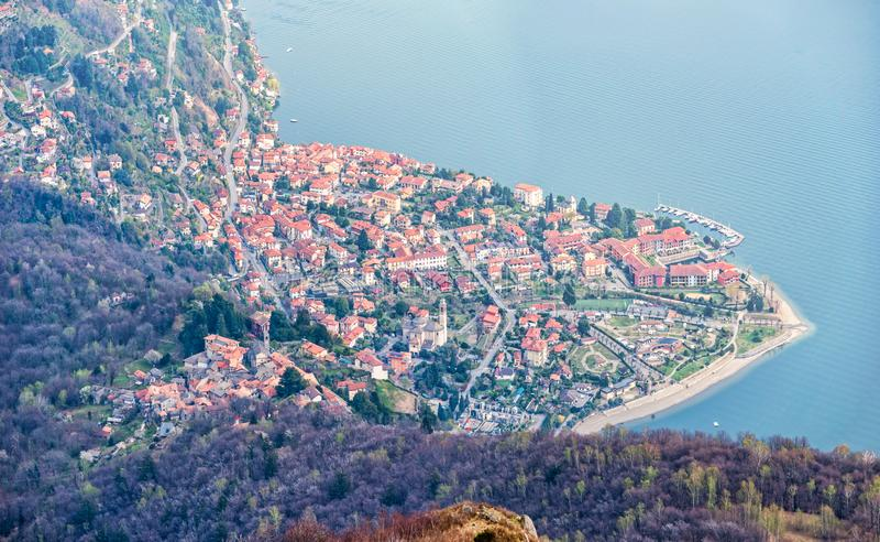 Cima gi? la vista dal punto di vista sul villaggio del cannero riviera al maggiore del lago fotografie stock libere da diritti