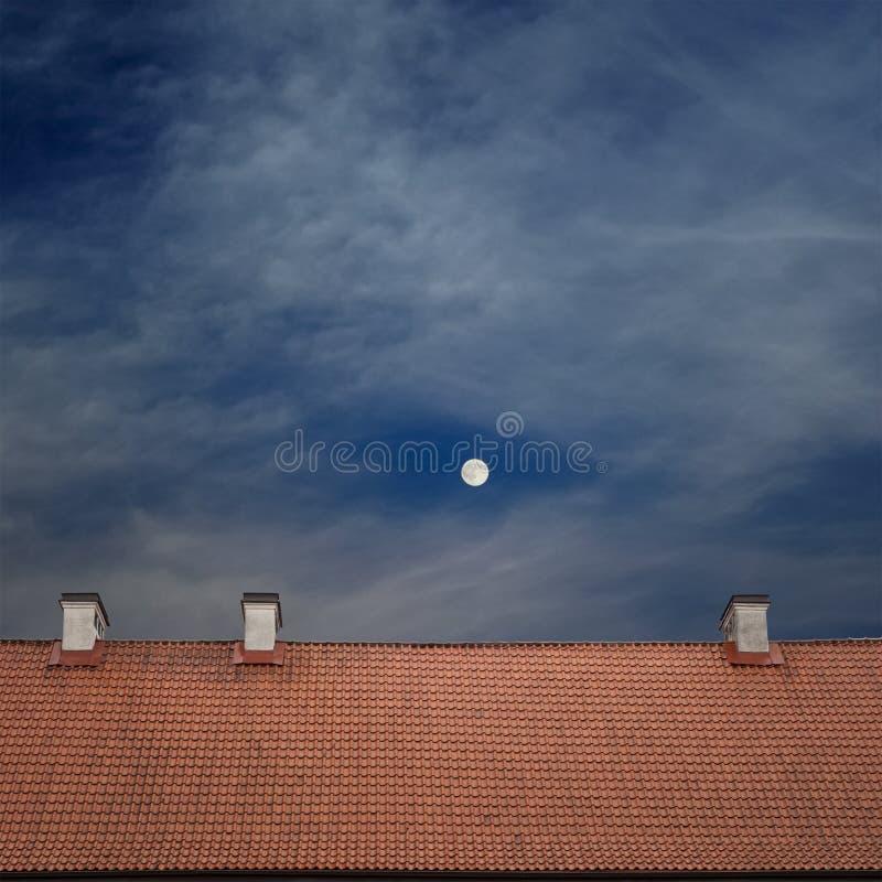 Cima piastrellata del tetto, cielo blu nuvoloso fotografie stock