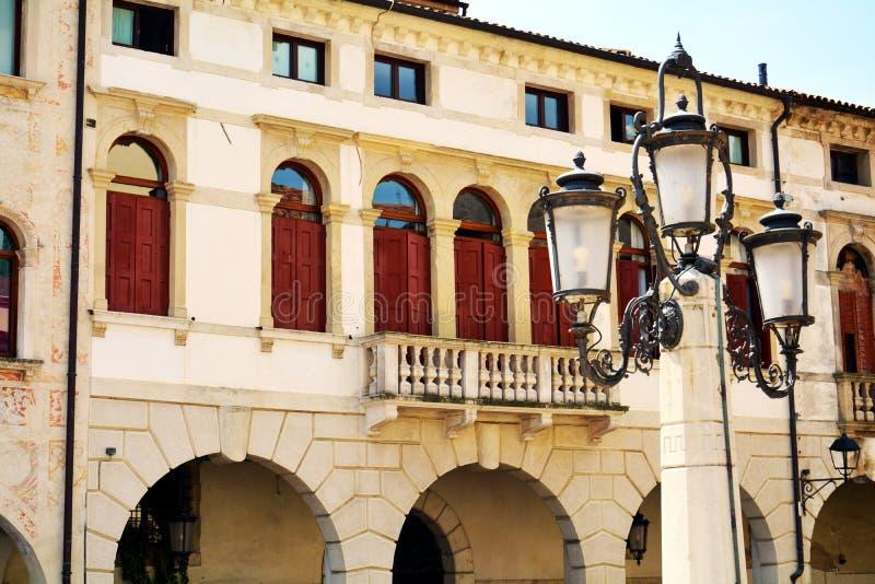 Cima-Quadrat, Terrasse, Lampe, historische Gebäude in Conegliano Venetien, Treviso, Italien lizenzfreie stockfotos