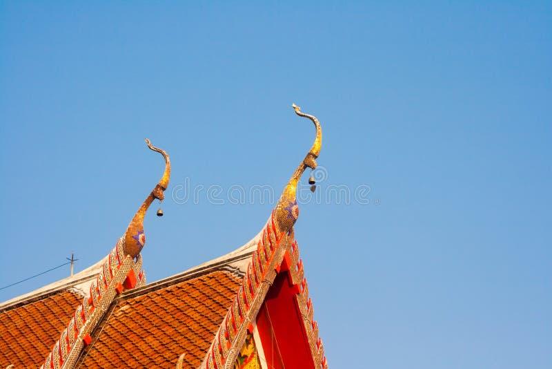 Cima tailandese del tetto della chiesa fotografie stock