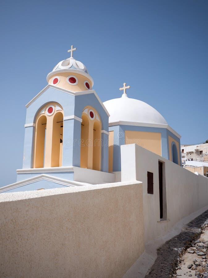 Cima tradizionale del tetto della chiesa contro il cielo blu fotografia stock