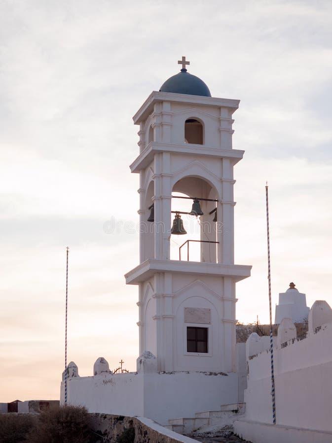 Cima tradizionale del tetto della chiesa contro il cielo nuvoloso fotografia stock libera da diritti