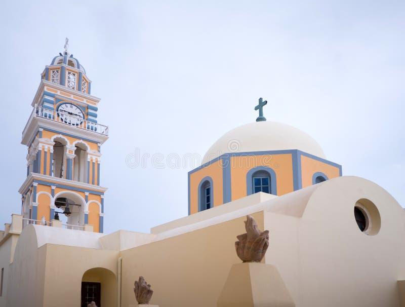 Cima tradizionale del tetto della chiesa in Santorini immagine stock