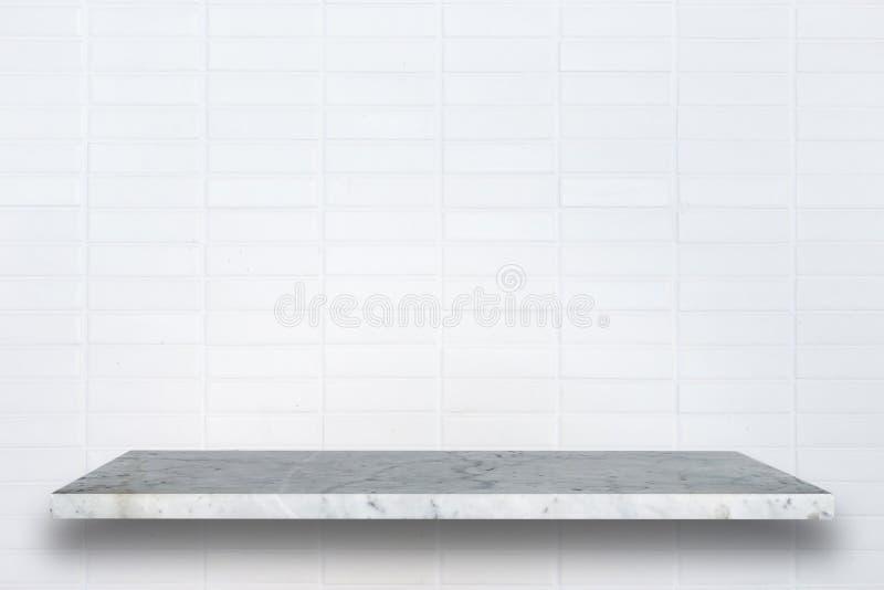 Cima vuota degli scaffali di pietra naturali e del fondo della parete di pietra fotografia stock