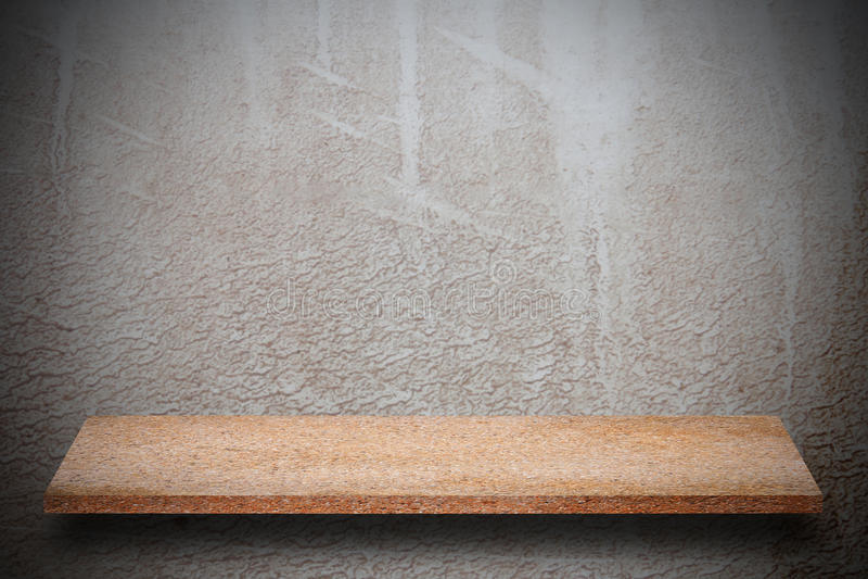 Cima vuota degli scaffali di pietra naturali e del fondo della parete di pietra immagini stock