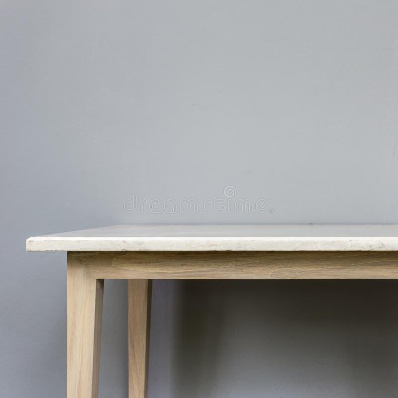 Cima vuota della tavola di pietra mable bianca sul fondo grigio della parete immagini stock libere da diritti