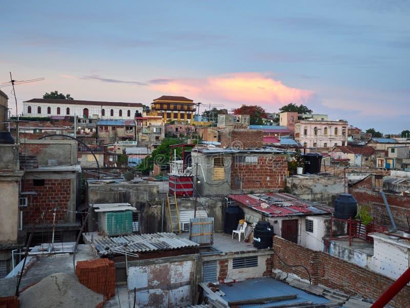 Cime del tetto di Santiago de Cuba fotografia stock libera da diritti