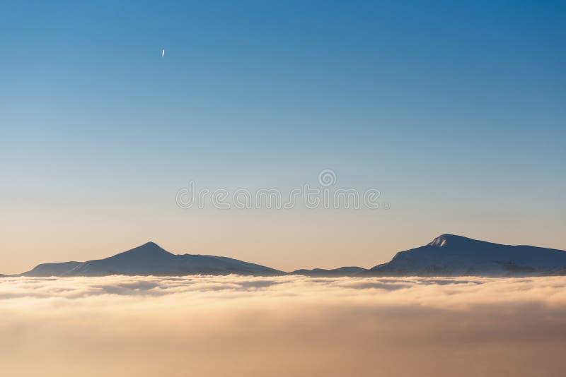 Cime delle montagne in nuvole fotografia stock libera da diritti