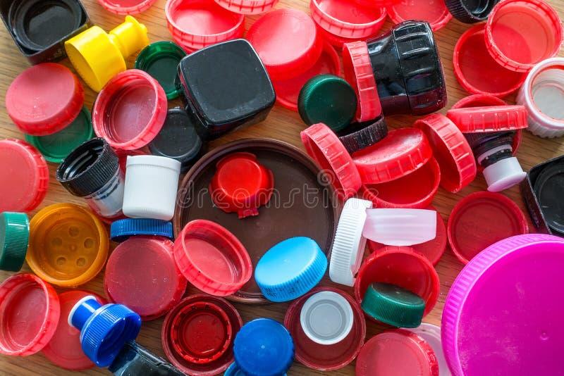 Cime di plastica della bottiglia immagine stock libera da diritti