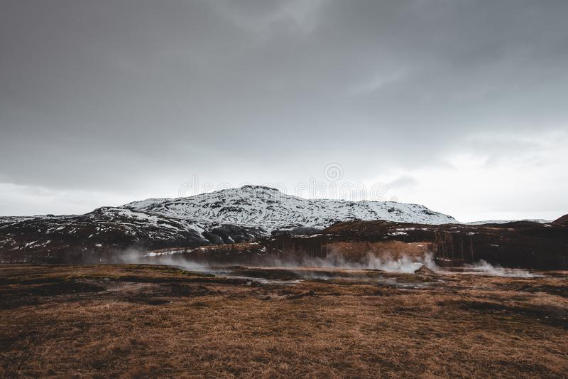 Cime islandesi della montagna con neve e nebbia immagine stock libera da diritti