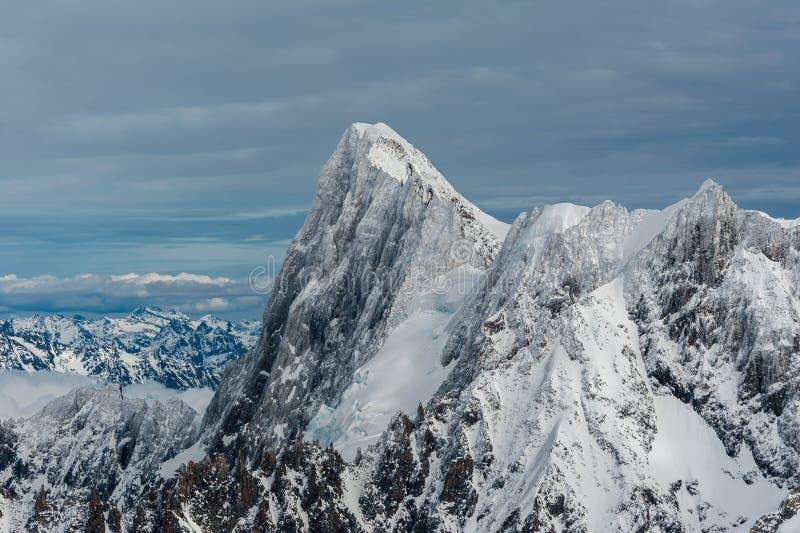 Cimeira da montanha de Jorasses dos Grands coberta pelo gelo da neve no inverno imagem de stock royalty free