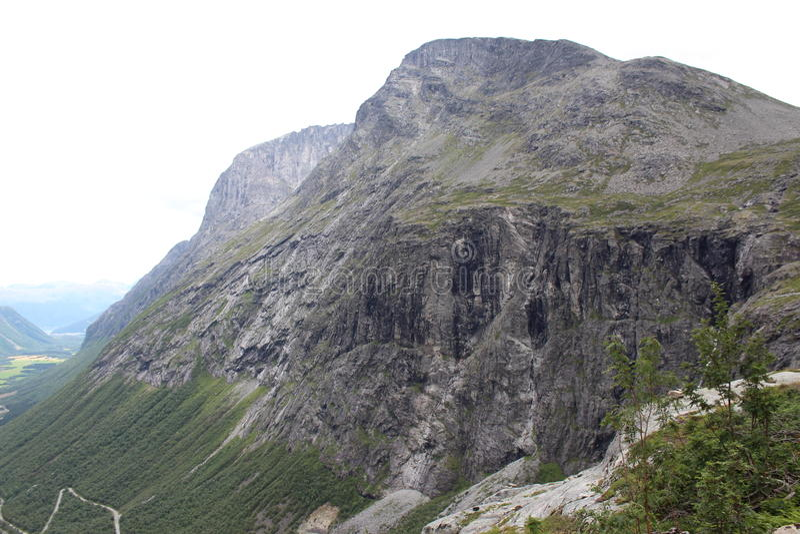 Cimeira da montanha sob o trajeto das pescas à corrica (norueguês Trollstigen) fotografia de stock