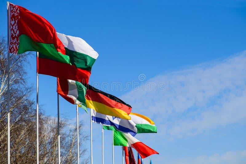 Cimeira internacional Bandeiras dos países diferentes que fundem no th foto de stock royalty free