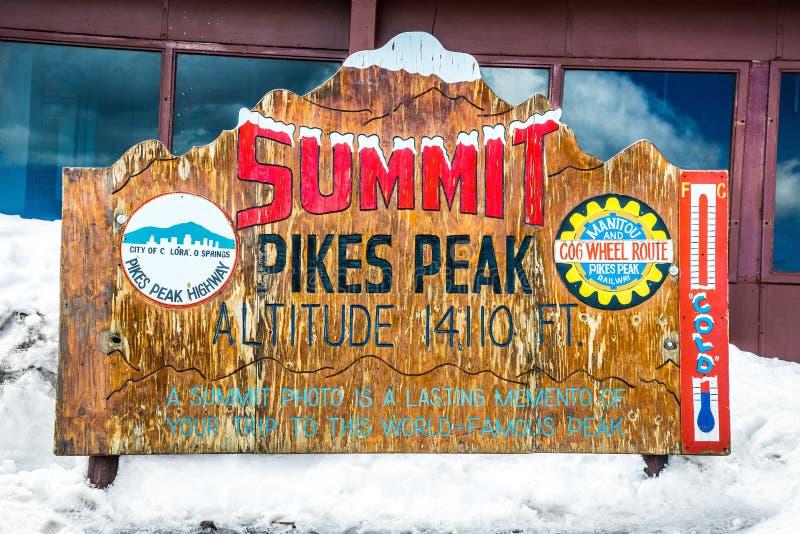 Cimeira máxima dos piques - Signage de madeira clássico fotos de stock royalty free