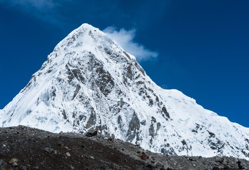Cimeira nevada de Pumori em Himalaya foto de stock royalty free