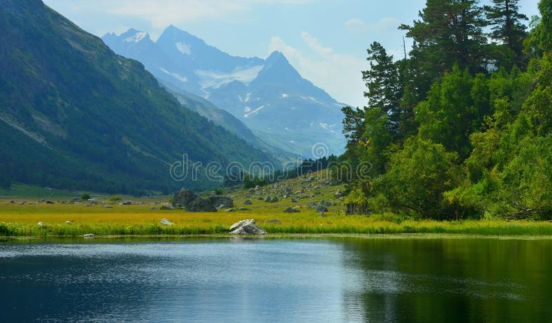 Cimeiras azuis em Cáucaso fotos de stock