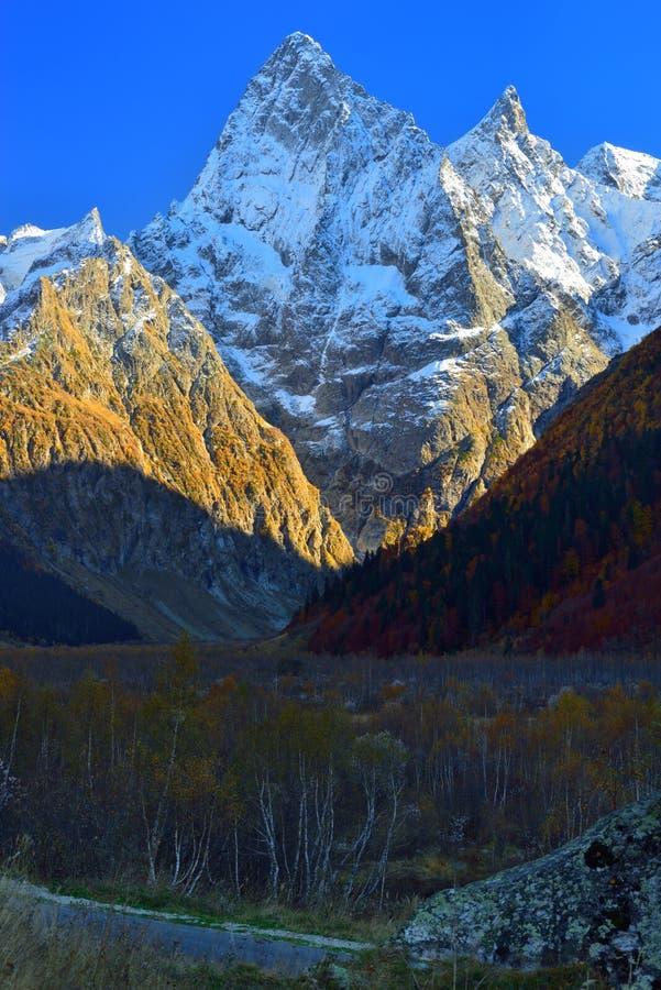 Cimeiras de Cáucaso imagens de stock royalty free