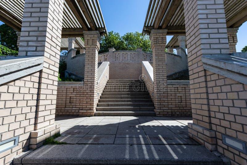 Cimente a escadaria no canteiro de obras com parede de tijolo fotografia de stock royalty free