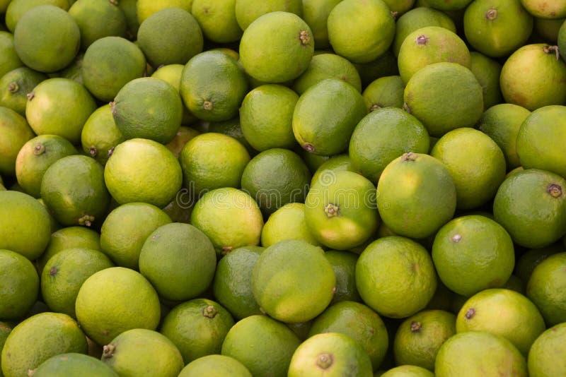 Cimente o fundo do fruto, pilha de frutos verdes do cal fotografia de stock