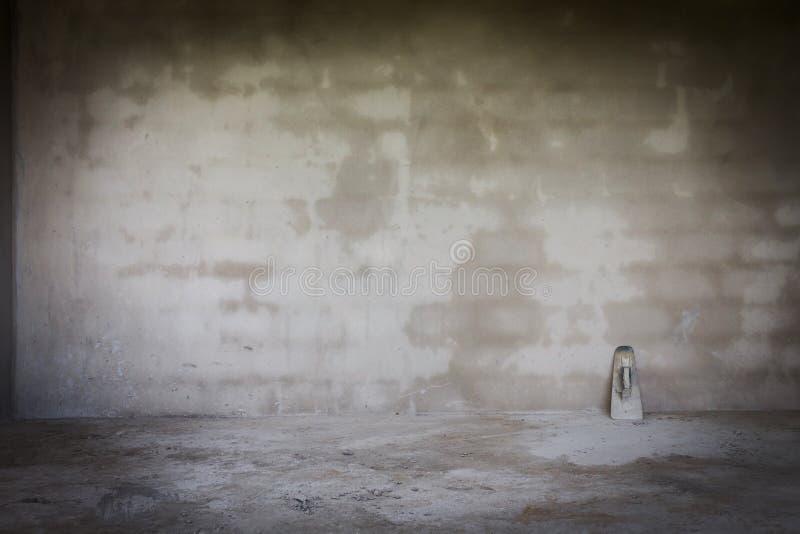 Cimente a parede no canteiro de obras com a ferramenta handheld da pá de pedreiro imagem de stock royalty free