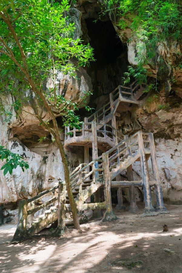 Cimentez l'escalier, amenant à Khao Khanap Nam Cave dans Krabi, T image stock