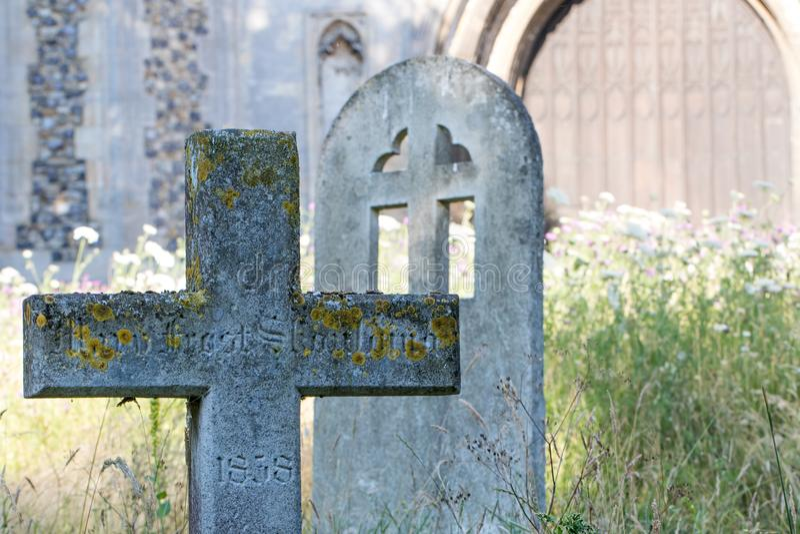 Cimetière anglais de pays avec la pierre tombale croisée en pierre antique dans r photo libre de droits