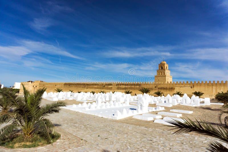 Cimetière d'Ouled Farhane avec le fond de la grande mosquée dans Kairouan, Tunisie photo libre de droits