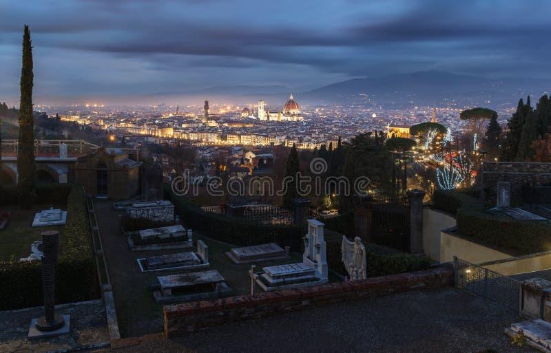 Cimetière dans le nicht avec le vieux panorama lumineux de ville de images stock
