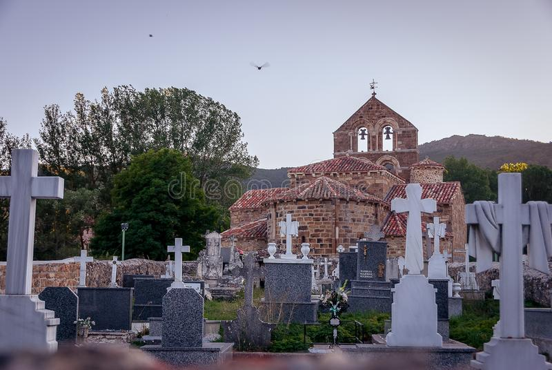 Cimetière de l'église collégiale de San Salvador de Cantamuda Palencia photo stock