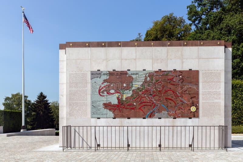 Cimetière de l'Américain WW2 avec des opérations militaires commémoratives de monument et de carte images stock